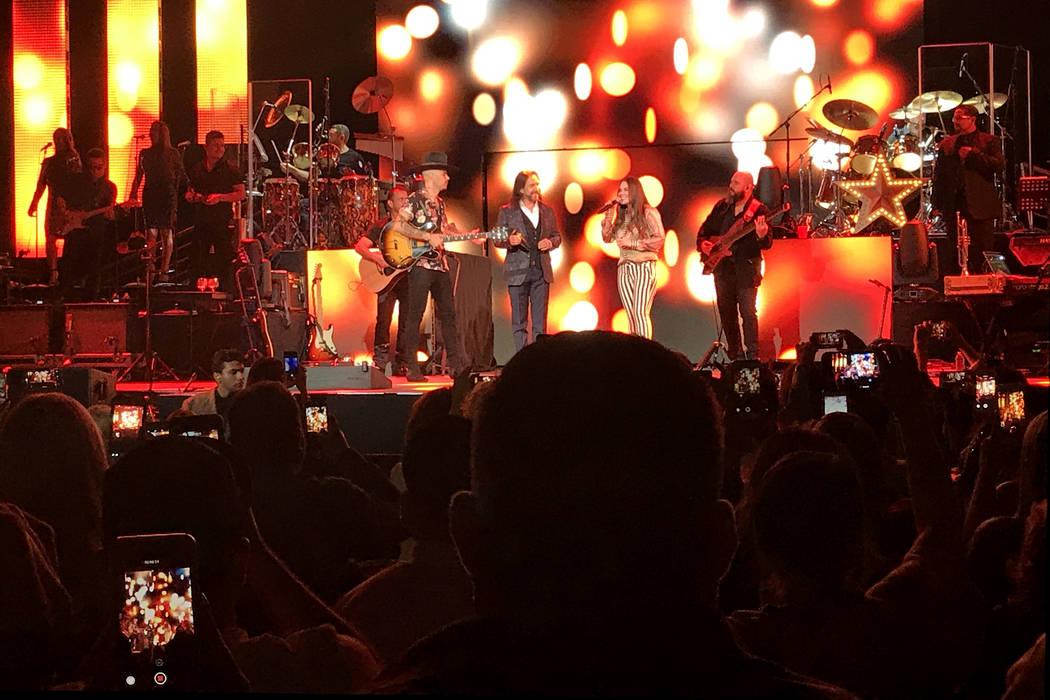 Jesse y Joy abrieron el concerto y junto a Marco Antonio Solís interpretaron en 'Recuerdos, Tristeza y Soledad'. | Foto El Tiempo.