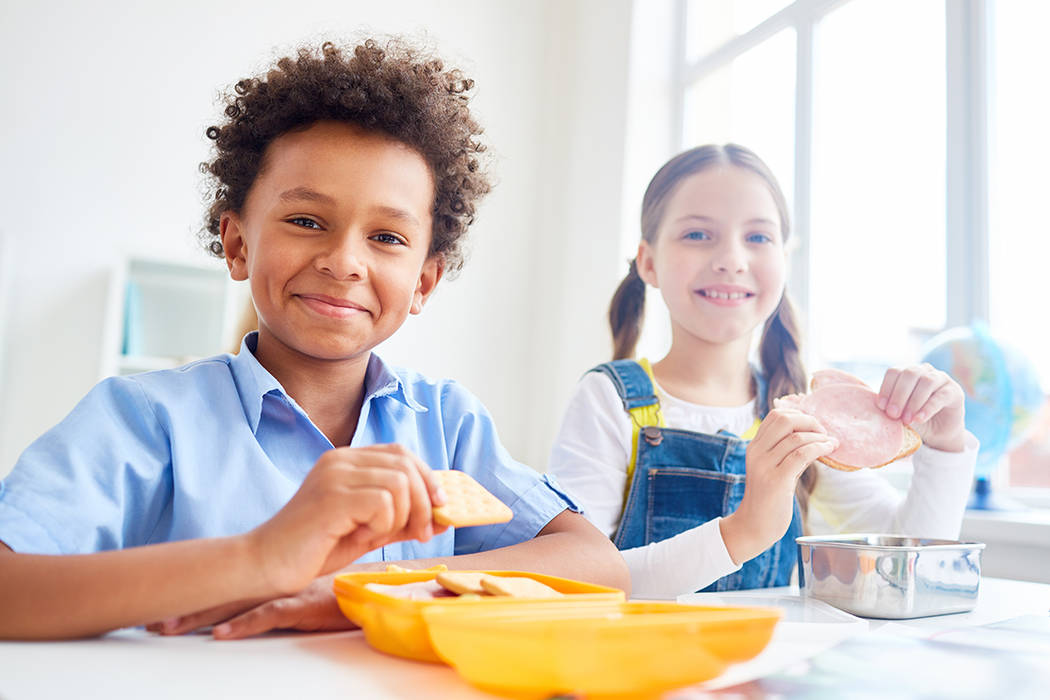 Las familias deben llenar una solicitud en línea, o entregar una solicitud en papel en la escuela. Sólo se necesita una solicitud por hogar.