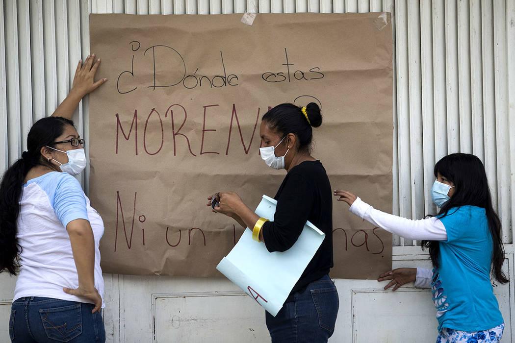 """Los vecinos cuelgan una señal que dice: """"¿Dónde está Morena?"""", Re riéndose a un partido político a cargo del gobierno local en San Gregorio Atlapulco, México, el viernes 22 de septiembr ..."""