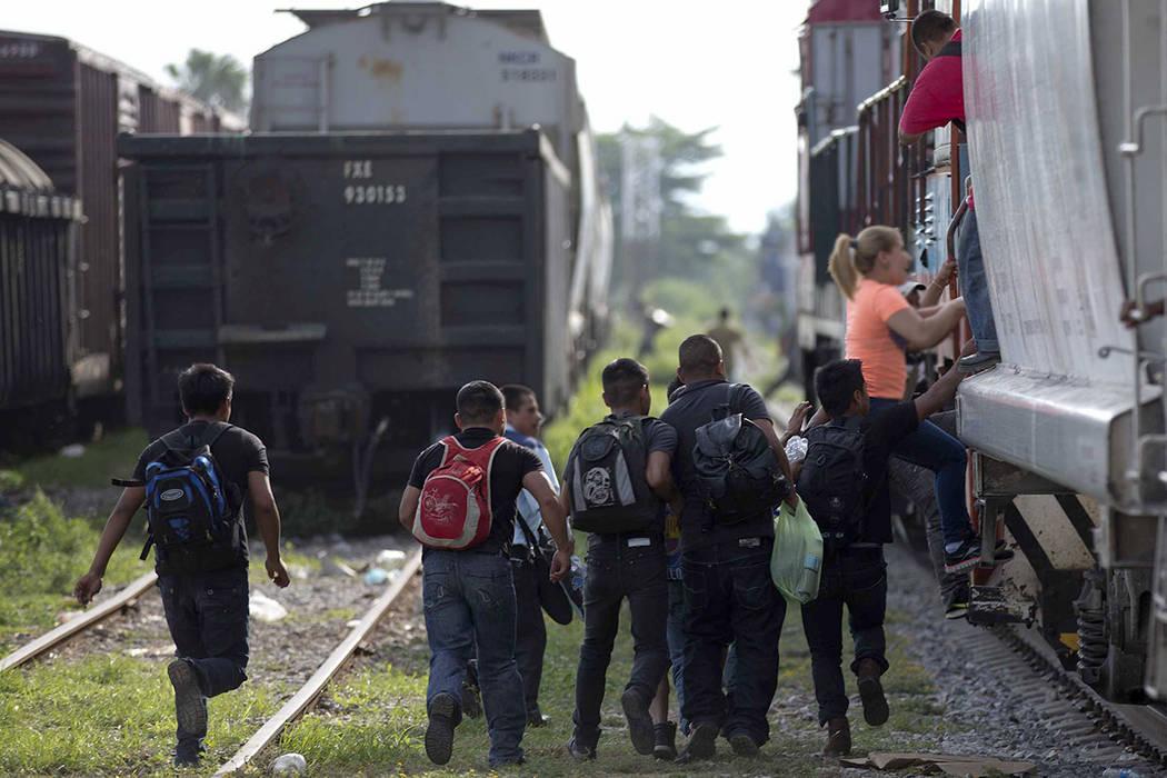 ARCHIVO- El sábado, 12 de julio de 2014, migrantes corren para saltar en un tren durante su viaje hacia la frontera México-Estados Unidos, en Ixtepec, México. AP/Eduardo Verdugo.