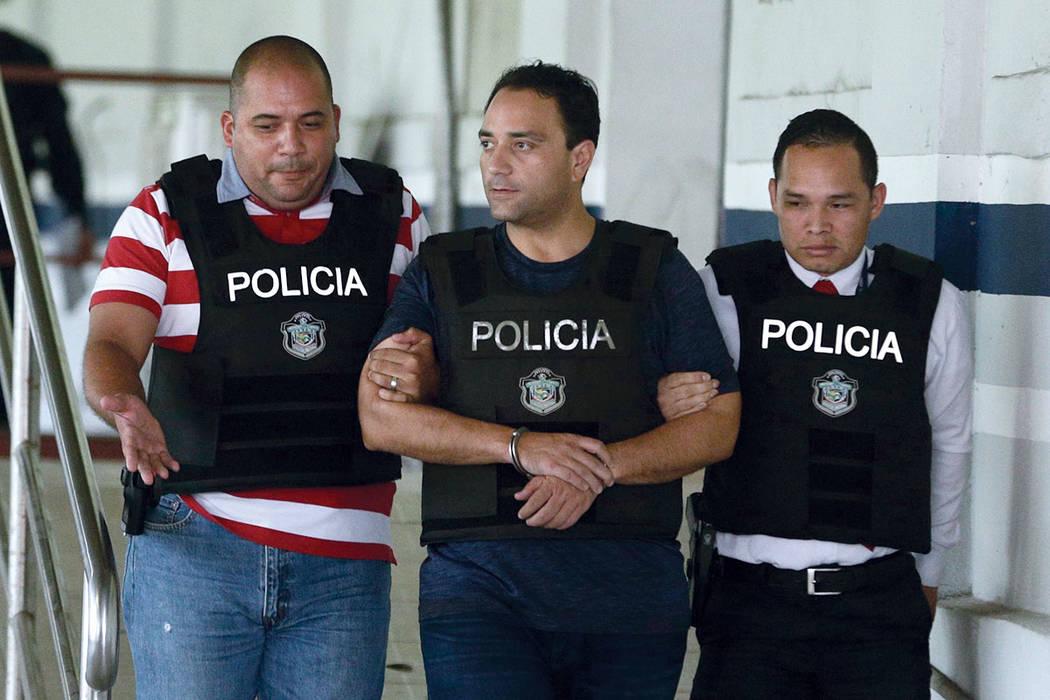 Roberto Borge, gobernador de Quintana Roo de 2011 a 2016, es escoltado esposado por la policía en la ciudad de Panamá, el lunes 5 de junio de 2017. | Foto AP/Arnulfo Franco.