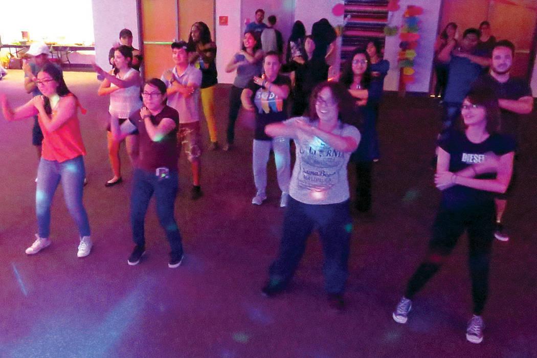 Los estudiantes bailaron al ritmo de canciones latinas como 'La Macarena', 'Despacito' y 'Payaso de rodeo'. Jueves 21 de septiembre en UNLV. Foto El Tiempo.