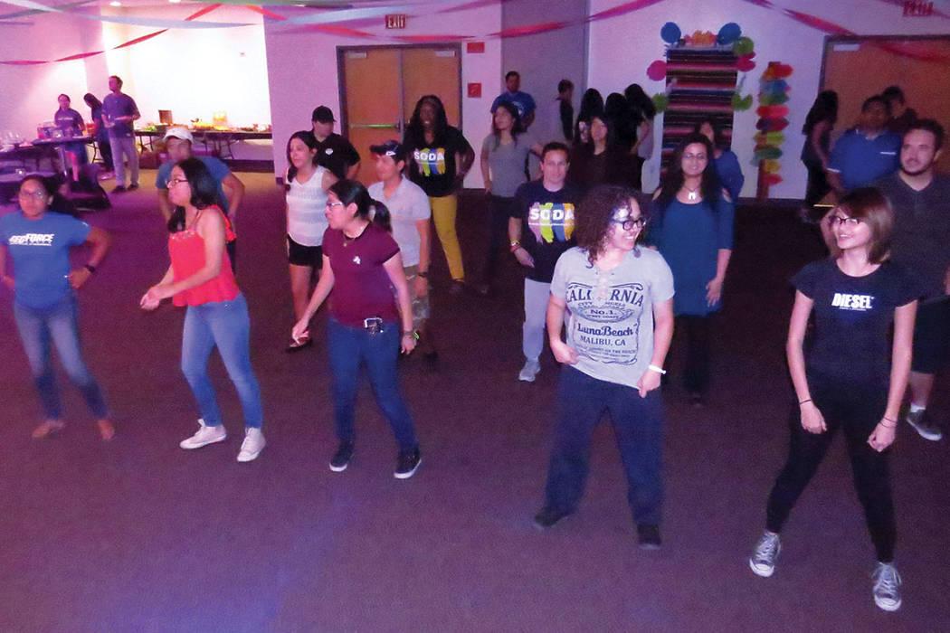 Los estudiantes bailaron al ritmo de canciones latinas como 'La Macarena', 'Despacito' y 'Payaso de rodeo'. Jueves 21 de septiembre en UNLV. | Foto Anthony Avellaneda / El Tiempo.