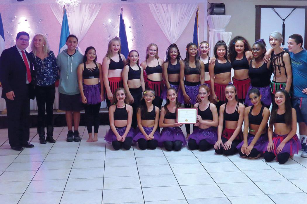 El cónsul de El Salvador, Tirso Sermeño, entregó un reconocimiento al grupo de baile de Doral Academy Fire Mesa. | Foto Cortesía.
