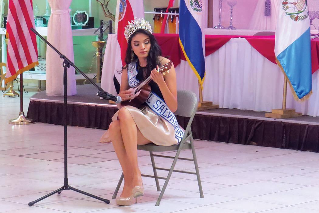 Miss El Salvador Las Vegas 2017, Erica Bonilla, presentó un número musical con su guitarra. Sábado 24 de septiembre en el salón La Onda Banquet Hall. | Foto Anthony Avellaneda / El Tiempo.