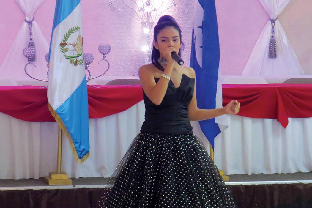 Sophia Camille se llevó los aplausos al cantar 'Cucurrucucú Paloma'. Sábado 24 de septiembre en el salón La Onda Banquet Hall. | Foto Anthony Avellaneda / El Tiempo.