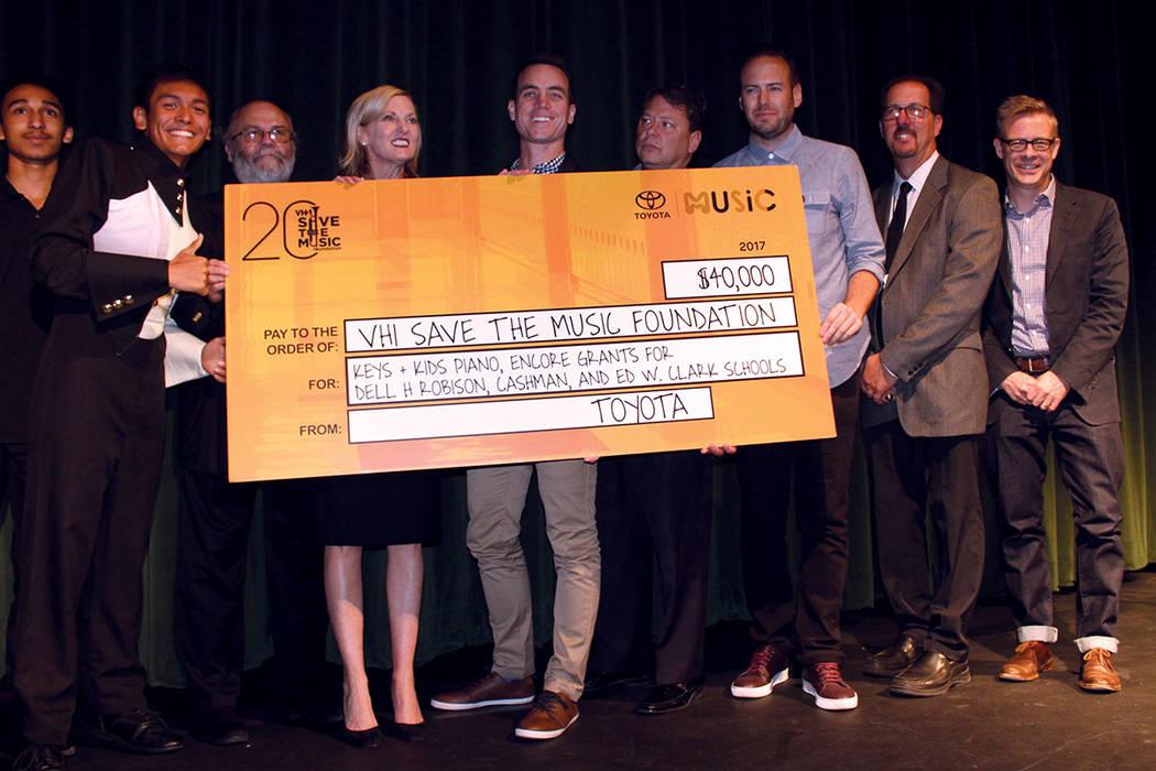 Anthony Lee (Izq), recibió el cheque en nombre de sus compañeros juntos a los organizadores del donativo y del concierto. Fotos escuela preparatoria Ed Clark, sep 21, 2017, en Las Vegas Nevada.  ...
