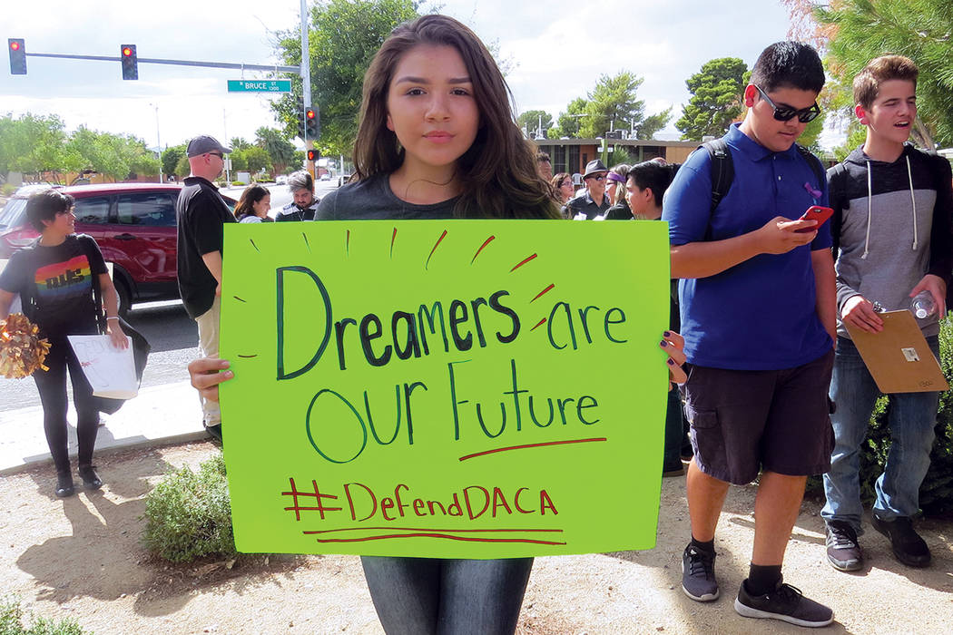 La estudiante de Southeast Tech, Abigail Herrera, se unió a los alumnos de la preparatoria Rancho en apoyo a los 'dreamers'. Miércoles 13 de septiembre al exterior de la escuela Rancho.   Fo ...