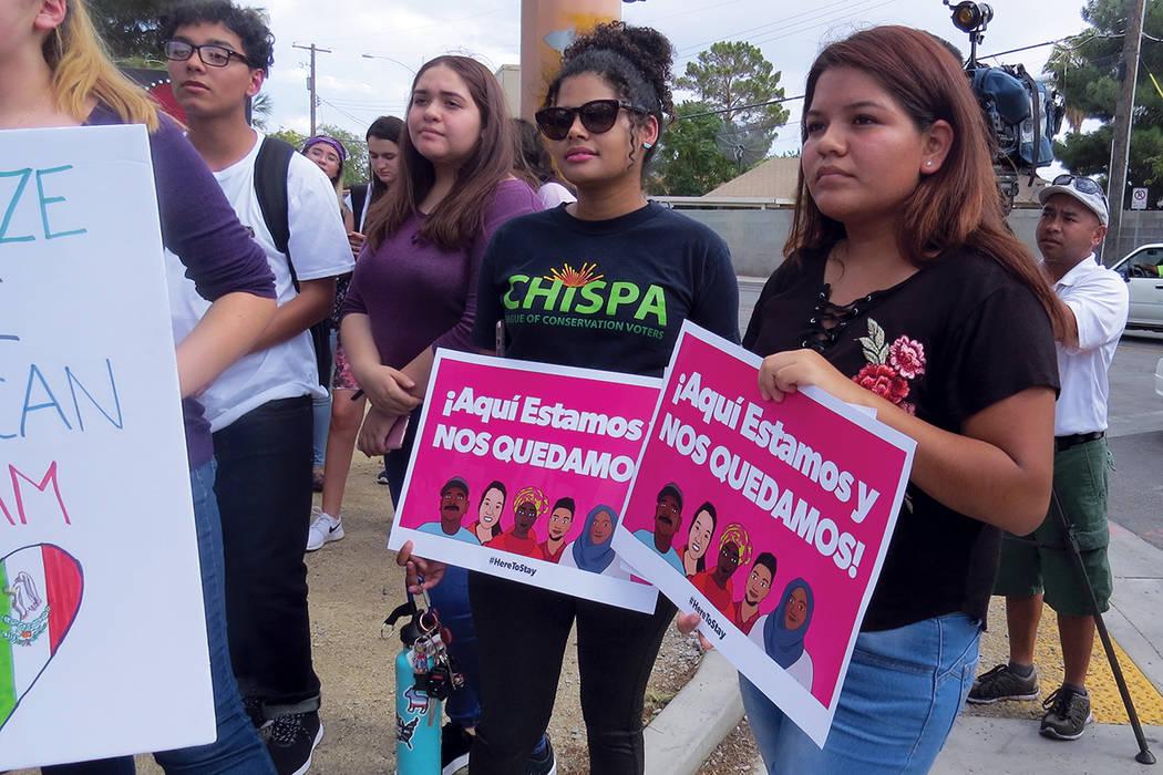 Jóvenes integrantes de la organización Chispa Nevada también se sumaron a la vigilia. Miércoles 13 de septiembre al exterior de la escuela Rancho.   Foto Anthony Avellaneda / El Tiempo.