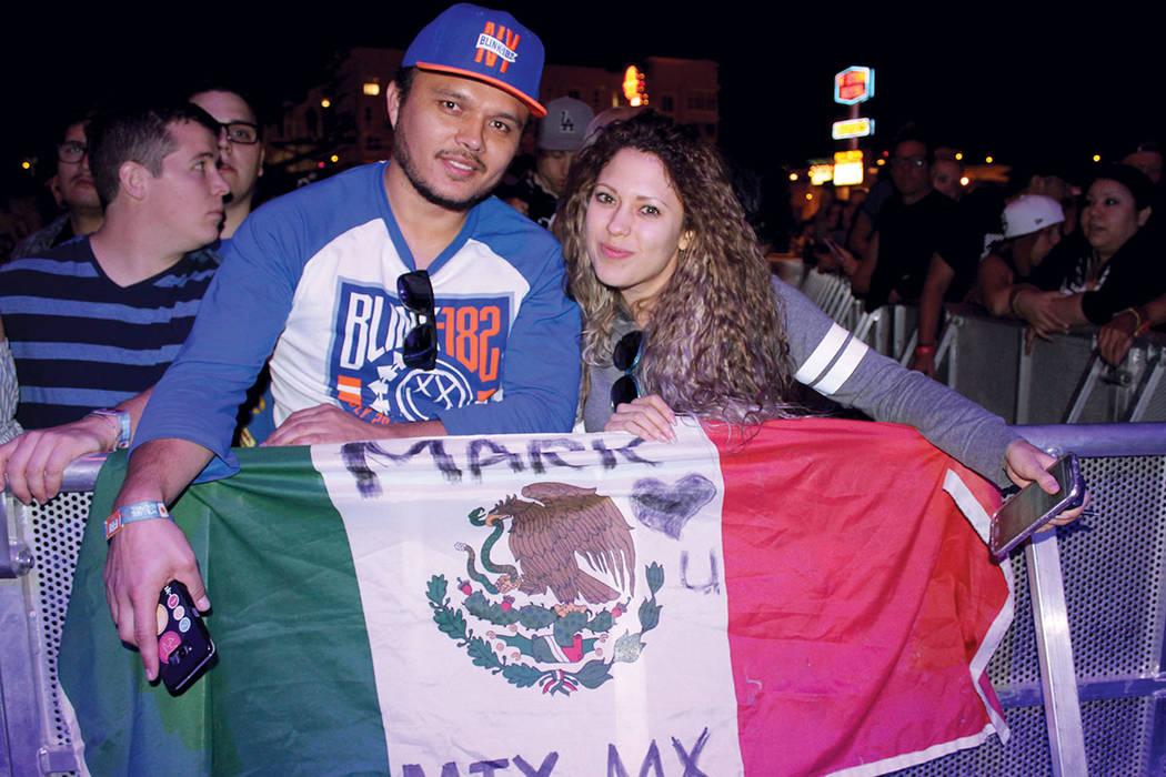 1. Mario y su pareja asistieron desde Monterrey para ver a Blink 182. Fotos en el festival de música Life is Beautiful, 23 de semptiembre el Las Vegas, Nevada.   Foto Cristian De la Rosa / El Tiempo.
