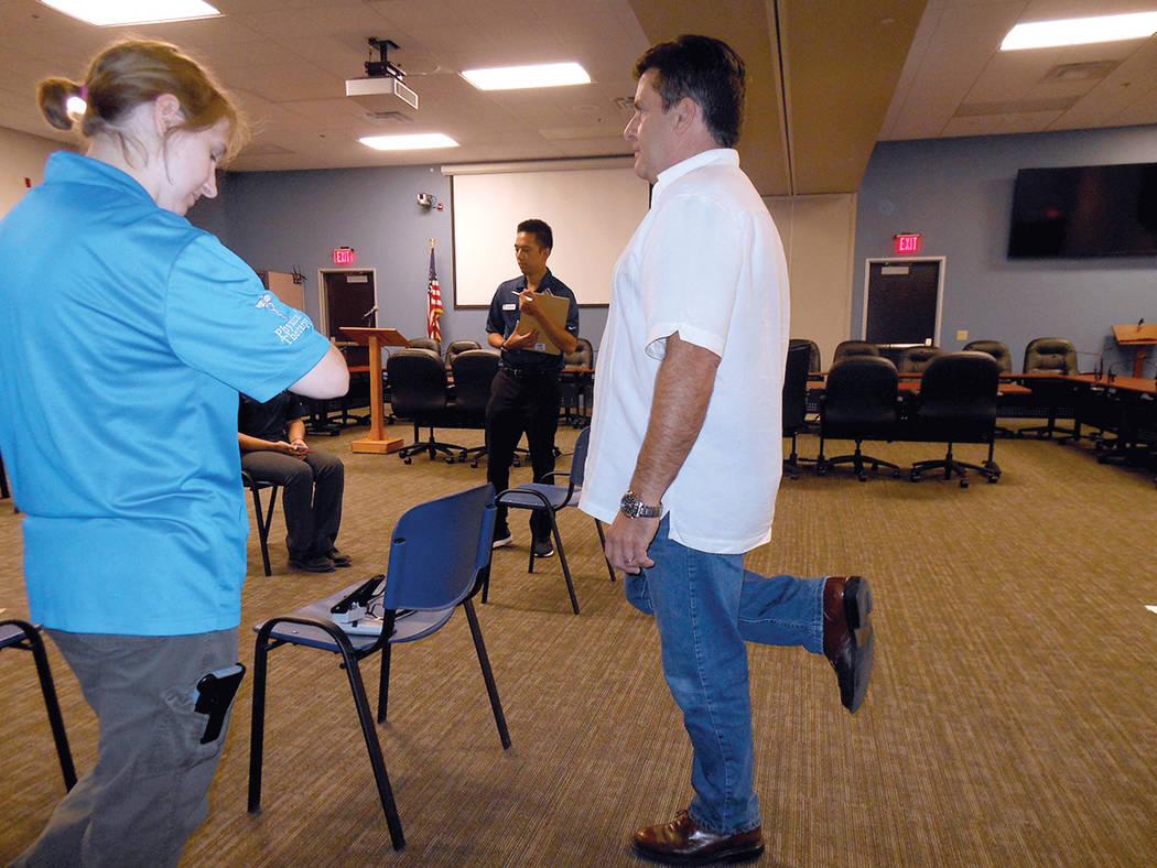 """Una estudiante de Fisioterapia de la Touro University (izquierda) aplica un examen de equilibrio una persona, durante el inicio de la """"Semana de Prevención de Caídas"""", en el Distrito de Salu ..."""