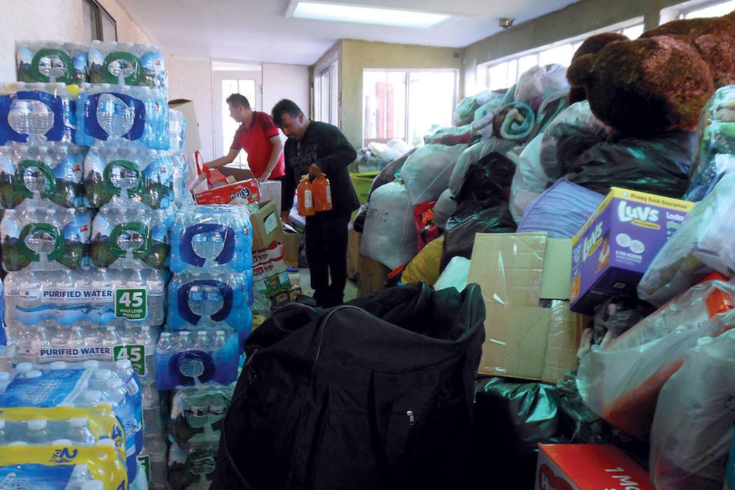 """La organización de mexicanos """"Casa Guerrero en Las Vegas"""" colecta donaciones en especie para enviar a México. Aquí se ve agua embotellada, ropa, cobijas, pañales. Al fondo tienen comida y  ..."""