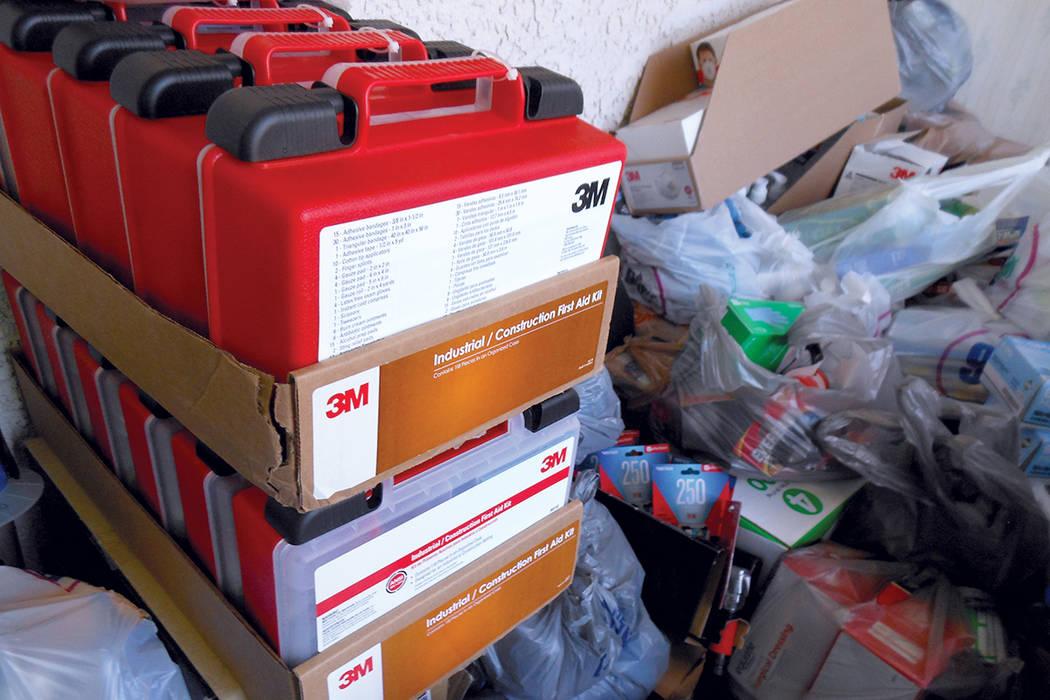 En primer plano se ven varios paquetes de primeros auxilios para sitios industriales y de construcción; también tapabocas, guantes, linternas y pilas donados para enviar a México. | Foto Valdem ...