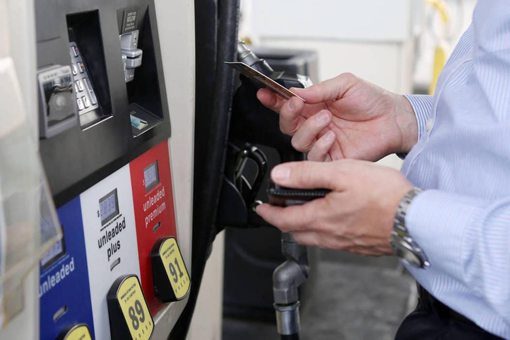 Un visitante de Chicago usa una tarjeta de crédito para pagar el gas en una gasolinera ubicada en East Tropicana Avenue y Paradise Road en Las Vegas, el martes, 26 de septiembre de 2017. | Foto E ...