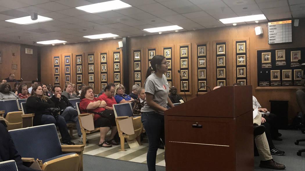 Jacquelin Najera, estudiante de la Escuela Secundaria Horizon de Burk, pide a la Junta Escolar, el jueves 28 de septiembre de 2017, en Las Vegas, que mantenga abierto el programa del día de Burk  ...