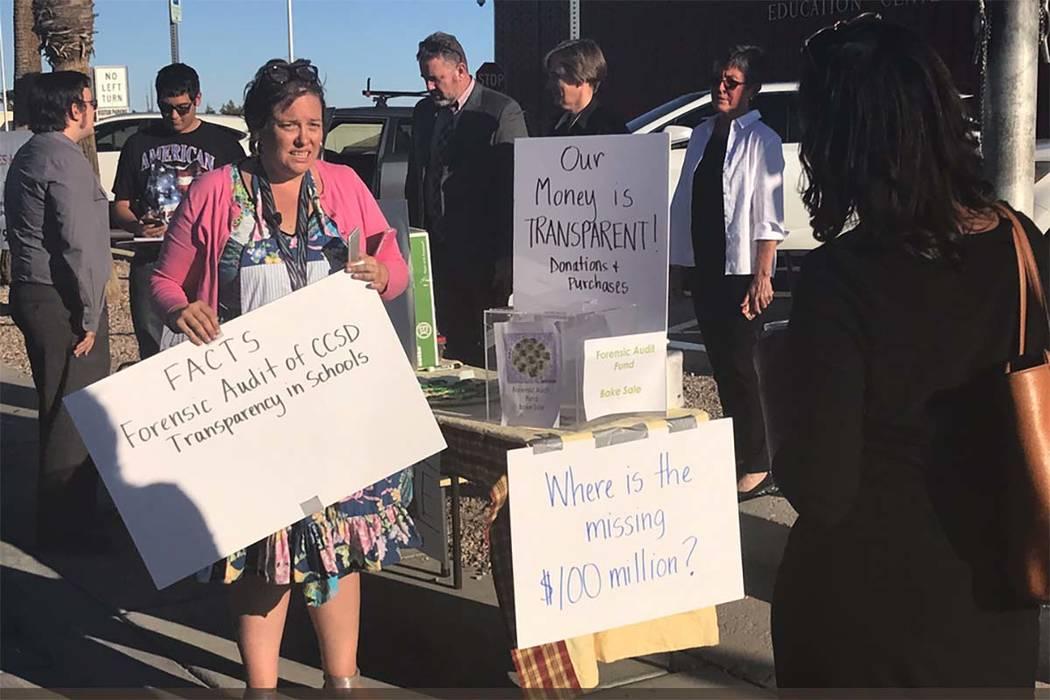 Maestros y funcionarios sindicales protestan frente a la reunión del Consejo Escolar del Condado de Clark el jueves 28 de septiembre de 2017 en Las Vegas. (Amelia Pak-Harvey / Las Vegas Revisión ...