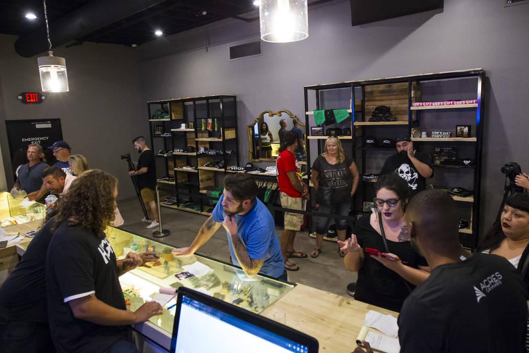 El dispensador Tom Nieves, a la izquierda, asiste al cliente Ethan, de Henderson, durante el primer día de ventas de marihuana recreativa en Acres Cannabis en Las Vegas el sábado 1 de julio de 2 ...