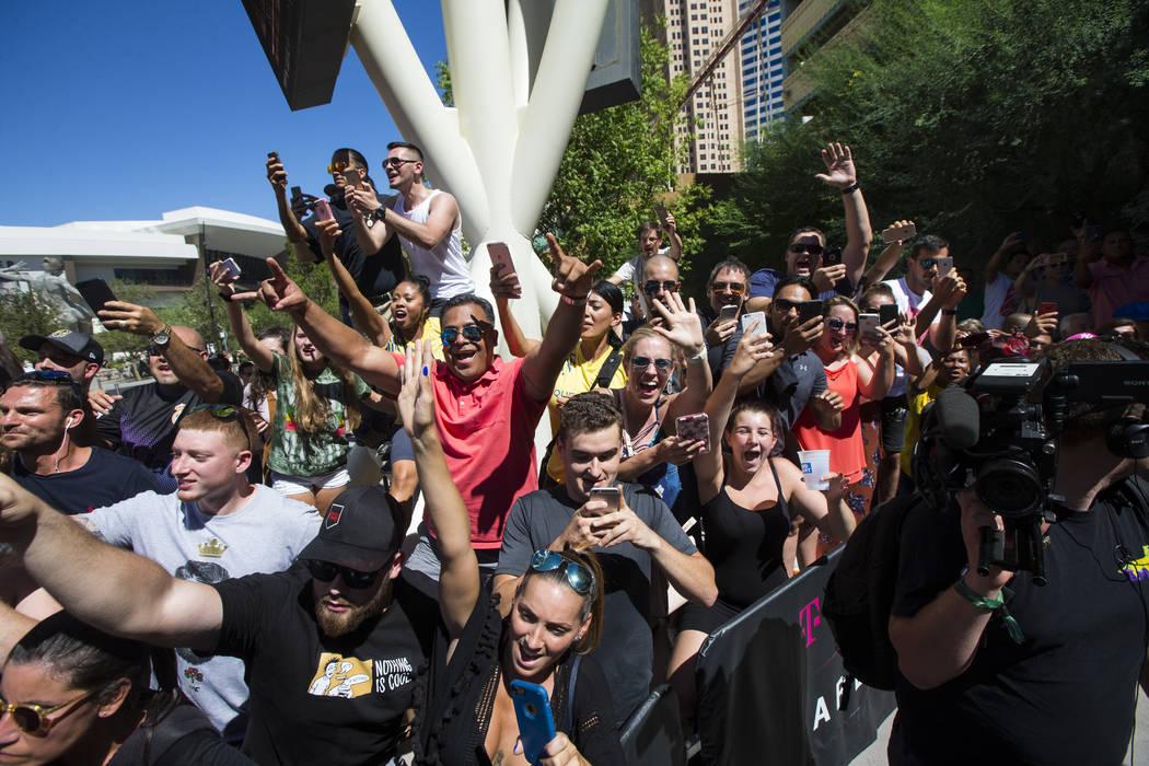 Los aficionados alaban como Conor McGregor llega antes de su lucha contra Floyd Mayweather Jr. en la Plaza Toshiba fuera de la T-Mobile Arena en Las Vegas el martes, 22 de agosto de 2017.