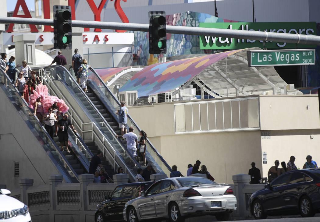 Personas a lo largo de Las Vegas Boulevard en Flamingo Road el miércoles, 27 de septiembre de 2017. Chase Stevens Las Vegas Review-Journal @csstevensphoto