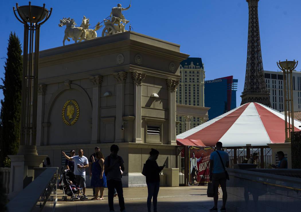 Gente afuera del Caesars Palace en Las Vegas el miércoles, 27 de septiembre de 2017. Chase Stevens Las Vegas Revisión-Diario @csstevensphoto