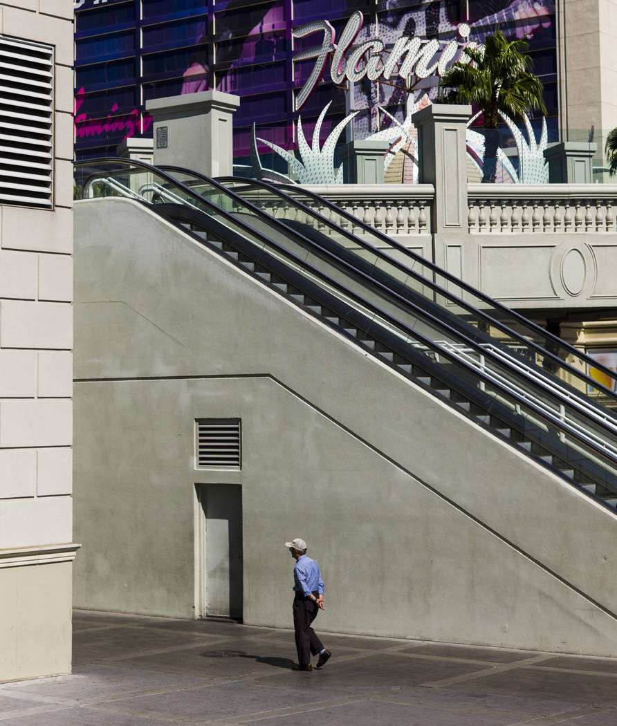 Un hombre camina por Las Vegas Boulevard en Flamingo Road el miércoles, 27 de septiembre de 2017. Chase Stevens Las Vegas Review-Journal @csstevensphoto