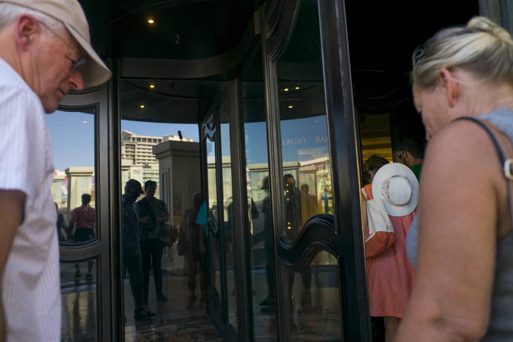 La gente hace  camino hacia el Bellagio en Las Vegas el miércoles, 27 de septiembre, 2017. Chase Stevens Las Vegas Revisión-Diario @csstevensphoto