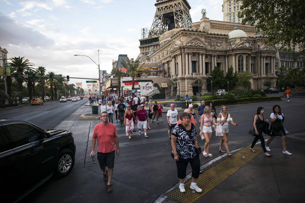 Los turistas caminan a lo largo de el Strip afuera del París Las Vegas el miércoles, 30 de agosto de 2017 en Las Vegas. Chase Stevens Las Vegas Revisión-Diario @csstevensphoto