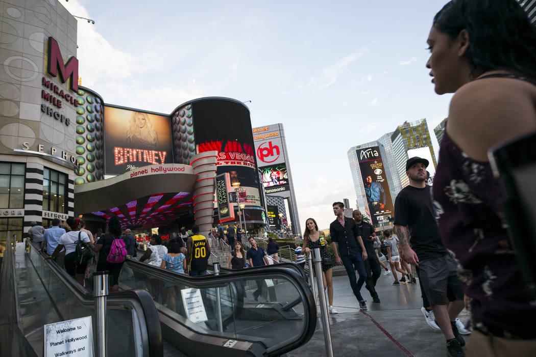 Los turistas caminan a lo largo de el Strip afuera de Planet Hollywood Resort el miércoles, 30 de agosto 2017 en Las Vegas. Chase Stevens Las Vegas Revisión-Diario @csstevensphoto