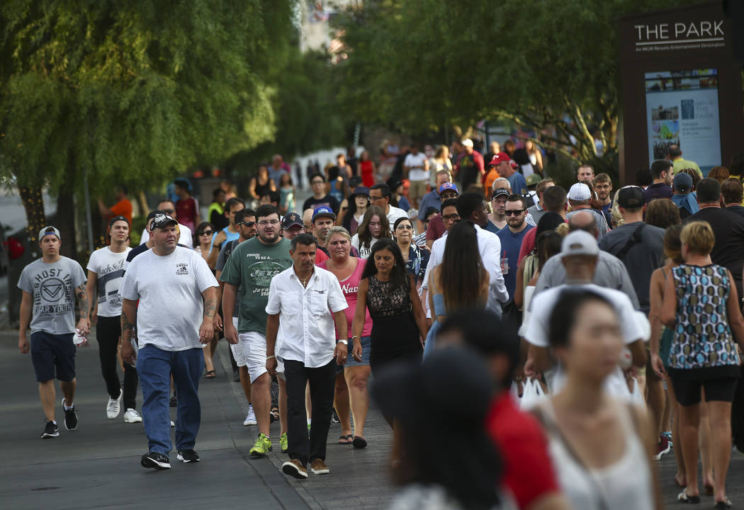 Los turistas caminan a lo largo de el Strip afuera del Parque y el Monte Carlo en Las Vegas el miércoles, 30 de agosto de 2017. Chase Stevens Las Vegas Review-Journal @csstevensphoto