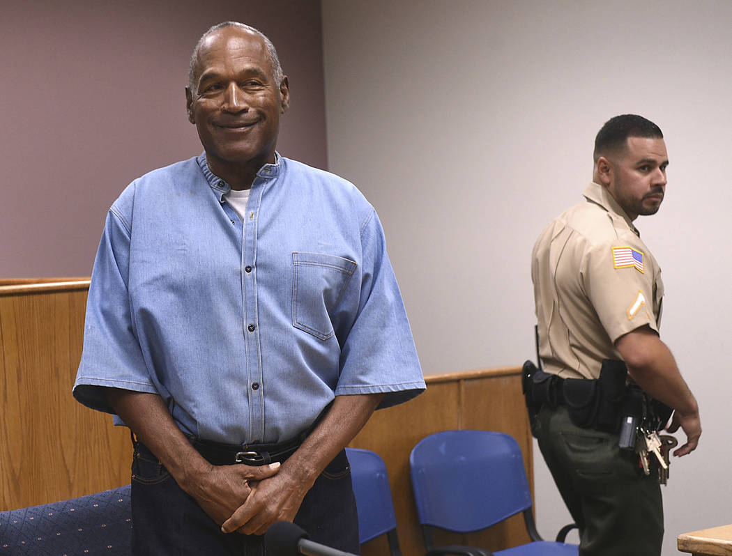La ex estrella de fútbol de la NFL O.J. Simpson entra para su audiencia de libertad condicional en el Lovelock Correctional Center en Nevada, el 20 de julio de 2017. (Jason Bean / The Reno Gazett ...