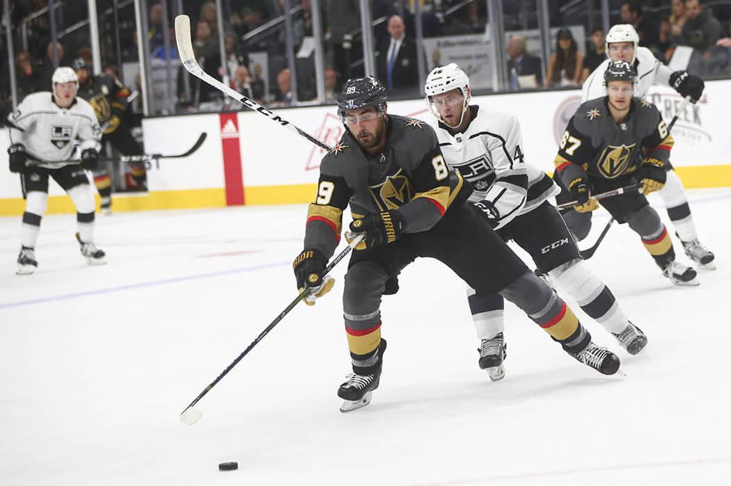 El 'caballero de oro' Alex Tuch (89) corre contra Spencer Watson de Los Ángeles Kings (46) durante un partido de hockey de pretemporada en T-Mobile Arena en Las Vegas el martes 26 de septiemb ...