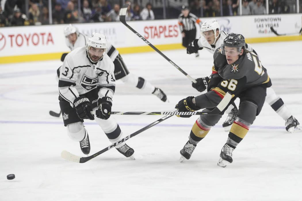 Chris Lee, de Los Angeles Kings, y Erik Haula, de los Golden Knights (56), van tras el puck durante un partido de hockey de pretemporada de la NHL en el T-Mobile Arena de Las Vegas el martes 26 de ...