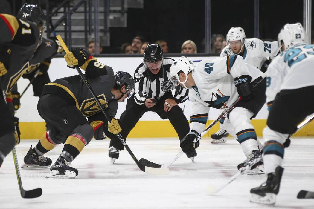 Golden Knights y Sharks se enfrentan durante el segundo período de un partido de hockey de pretemporada de la NHL en el T-Mobile Arena de Las Vegas el domingo 1 de octubre de 2017.   Foto Chase S ...