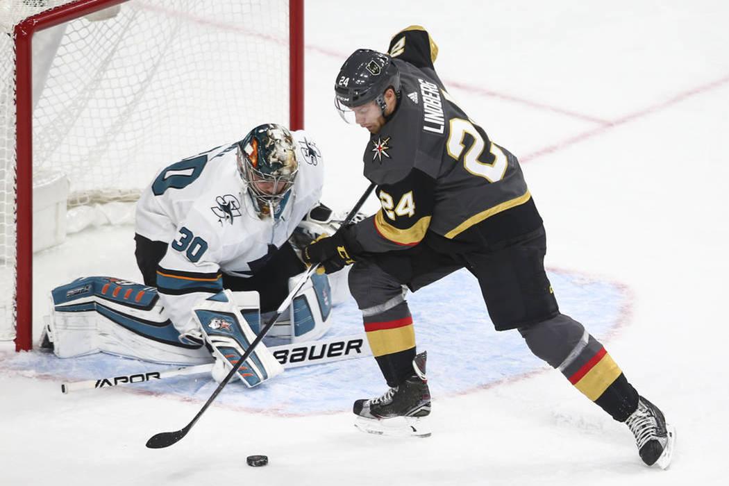 Golden Knights y Sharks se enfrentan durante el segundo período de un partido de hockey de pretemporada de la NHL en el T-Mobile Arena de Las Vegas el domingo 1 de octubre de 2017. | Foto Chase S ...