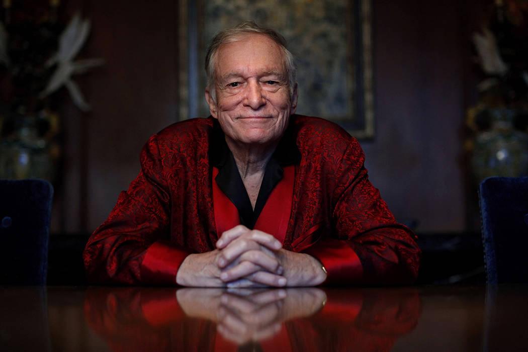 ARCHIVO - En esta foto de archivo del 4 de noviembre de 2010, el fundador de la revista Playboy Hugh Hefner posa para fotos en la Playboy Mansion de Los Ángeles. Hefner murió a los 91 años.   F ...