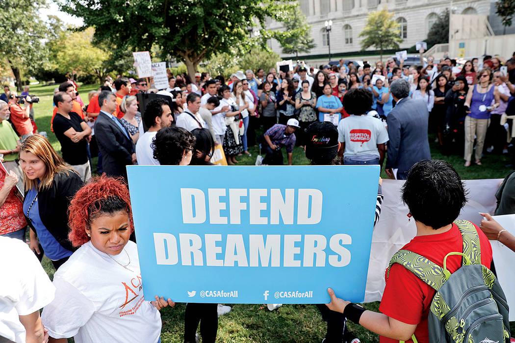 Los partidarios de los derechos de los inmigrantes se reúnen en el Capitolio de los Estados Unidos en Washington, el martes 26 de septiembre de 2017. Los grupos y aliados están exigiendo que el  ...