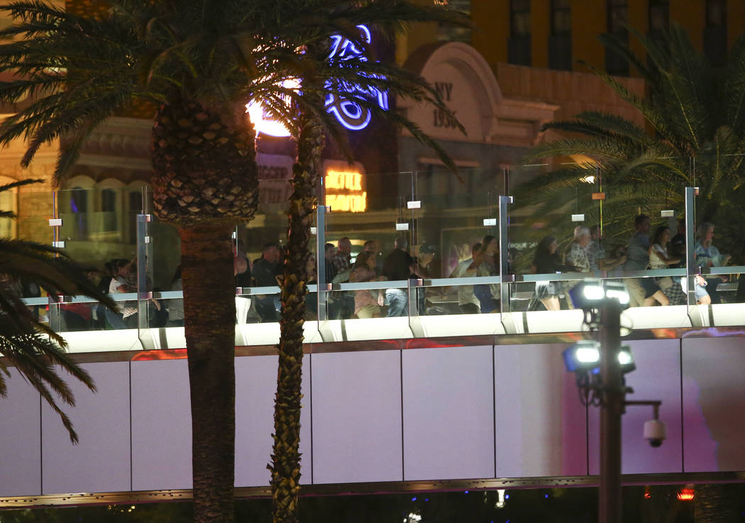 La gente corre desde el New York New York durante una situación de tirador activo en el Strip de Las Vegas en Las Vegas el domingo 1 de octubre de 2017. Chase Stevens Las Vegas Review-Journal @cs ...