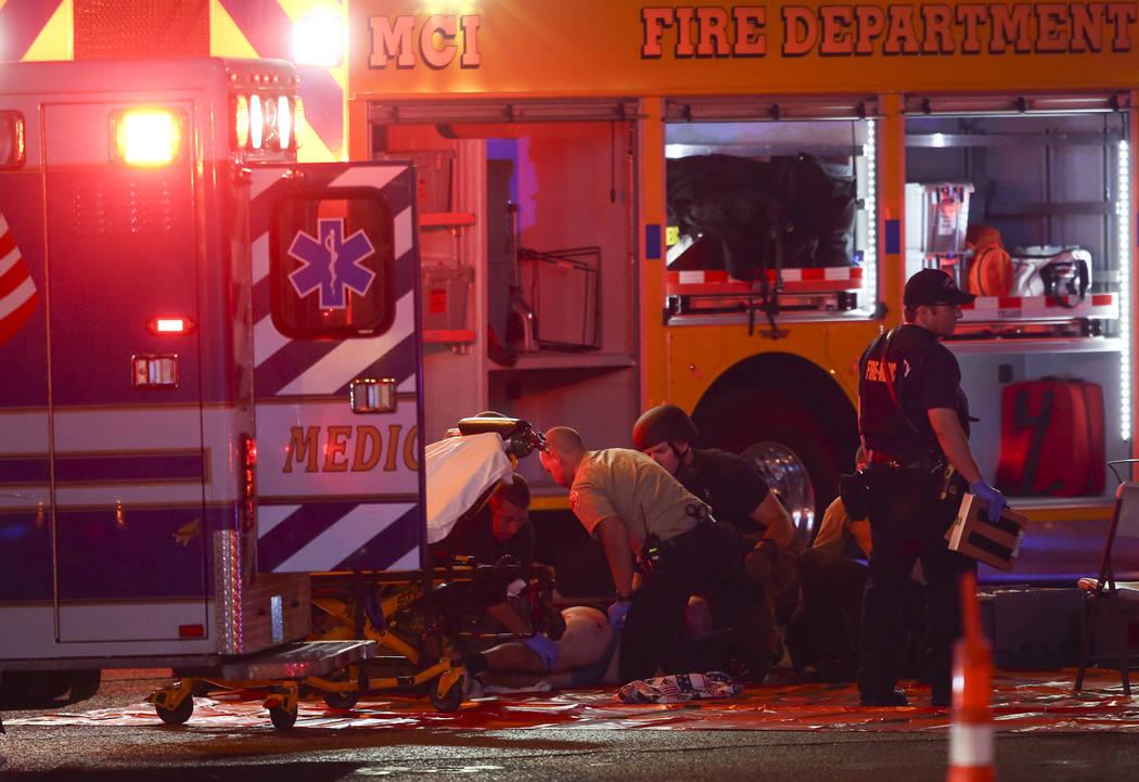 Una persona herida es tendida a como la policía de Las Vegas responde durante una situación activa del tirador en el Strip de Las Vegas en Las Vegas el domingo, 1 de octubre, 2017. Chase Stevens ...
