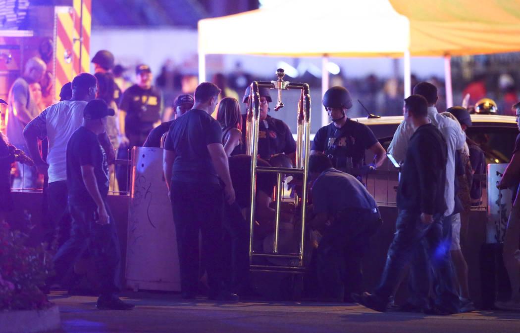 Una mujer herida se traslada fuera del Tropicana durante una situación de francotirador activo en el Strip de Las Vegas en Las Vegas el domingo 1 de octubre de 2017. Chase Stevens Las Vegas Revie ...