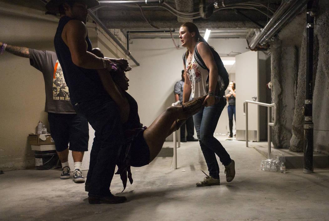 La gente ayuda a una mujer herida en el Tropicana durante una situación activa de francotirador en Las Vegas Strip el domingo, 1 de octubre, 2017. Chase Stevens Las Vegas Review-Journal @cssteven ...