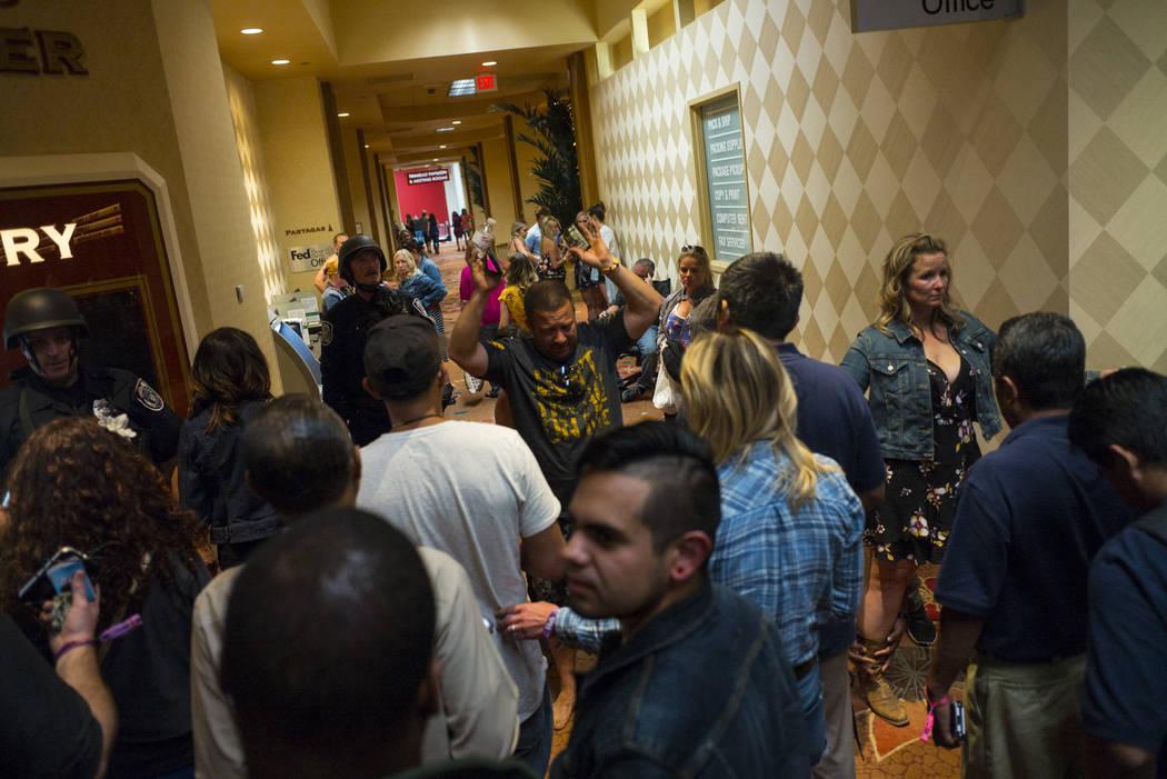 La gente es cateada por la policía de Las Vegas durante una situación activa de francotirador en Las Vegas Strip cerca de la avenida de Tropicana en Las Vegas el domingo, 1 de octubre, 2017. Cha ...