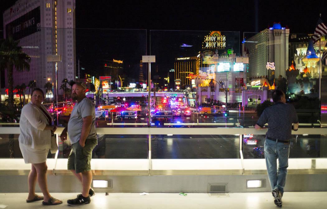 Gente observa desde un puente peatonal mientras la policía de Las Vegas responde durante una situación activa de francotirador en el Strip de Las Vegas cerca de Tropicana Avenue en Las Vegas el  ...