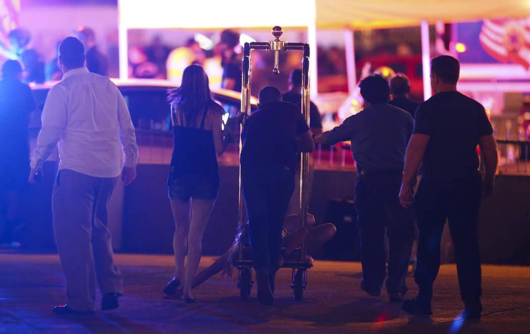 Una mujer herida se traslada fuera del Tropicana durante una situación activa de francotirador en el Strip de Las Vegas el domingo 1 de octubre de 2017. Chase Stevens Las Vegas Review-Journal @cs ...