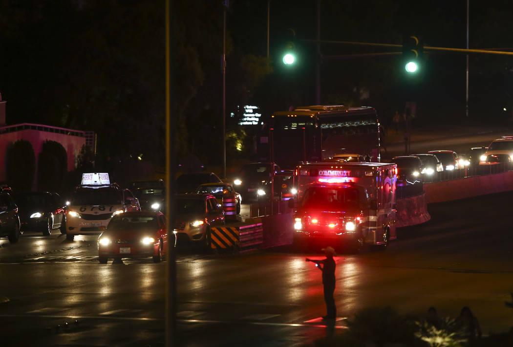 Una ambulancia se dirige por la avenida Tropicana cerca de Las Vegas Boulevard durante una situación activa de francotirador en Las Vegas el domingo 1 de octubre de 2017. Chase Stevens Las Vegas  ...