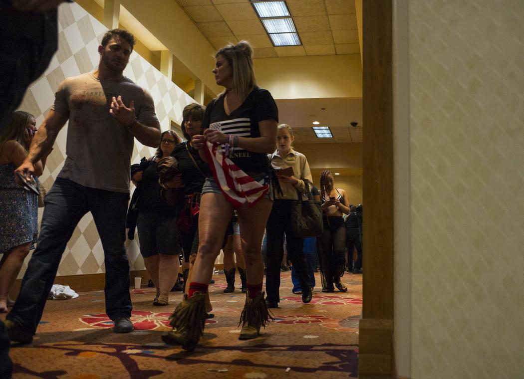 Gente camina a través del Tropicana Las Vegas después de ser cateados durante una situación de tirador activo en el Stirp de Las Vegas el domingo 1 de octubre de 2017. Chase Stevens Las Vegas R ...