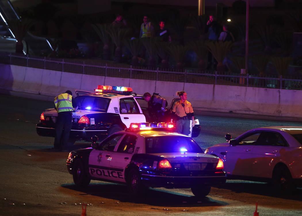 La policía de Las Vegas responde durante una situación de francotirador activo en el Strip de Las Vegas cerca de Tropicana Avenue en Las Vegas el domingo 1 de octubre de 2017. Chase Stevens Las  ...