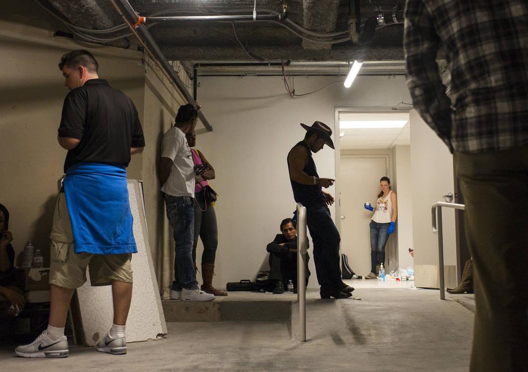 La gente espera como el Tropicana Las Vegas permanece cerrado por la policia durante una situación de tirador activo en el Las Vegas Stirp en Las Vegas el domingo 1 de octubre de 2017. Chase Stev ...