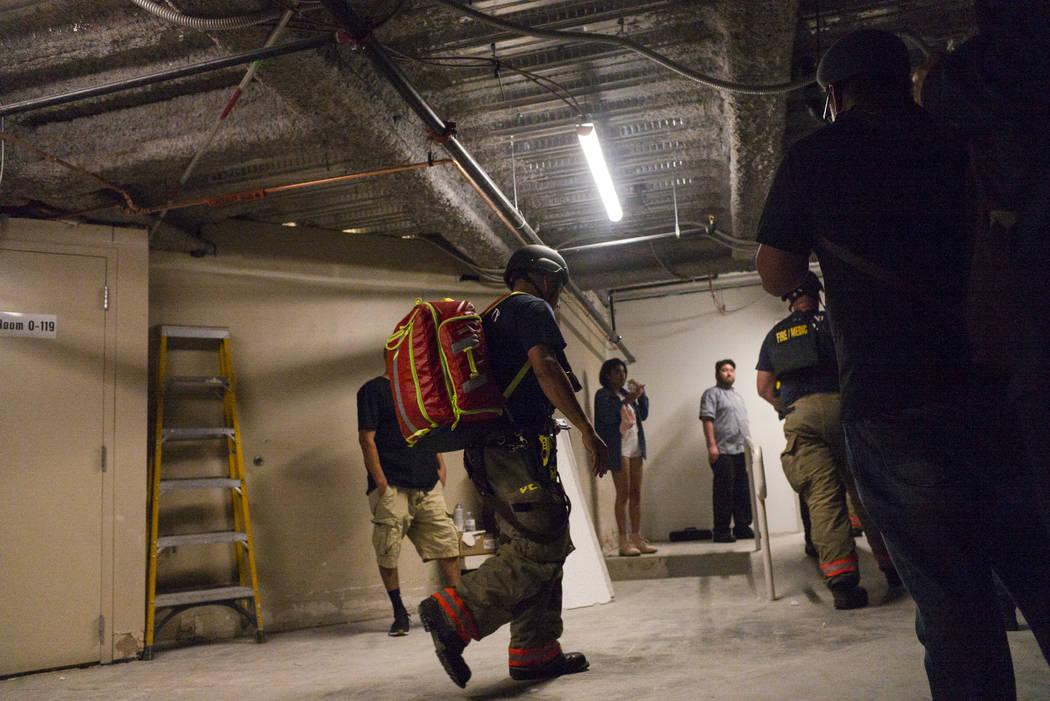 Trabajadores de emergencia responde durante una situación de disparos activos en el Strip de Las Vegas el domingo 1 de octubre de 2017.  Chase Stevens Las Vegas Review-Journal @csstevensphoto