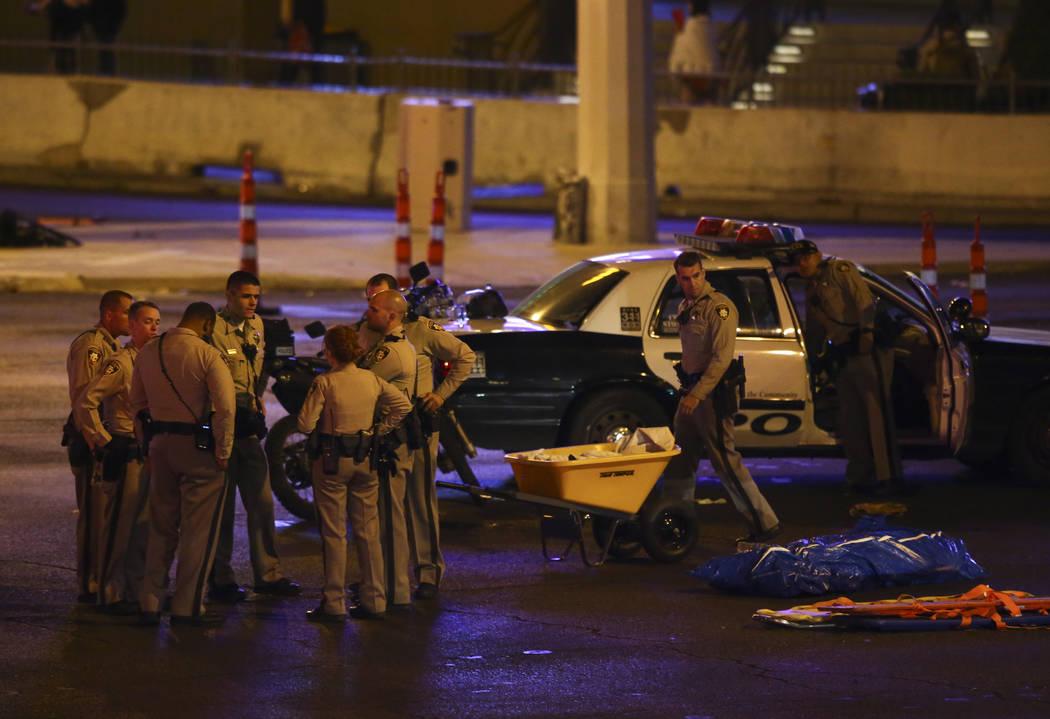 La policía de Las Vegas se reúne después de una situación activa de disparos que dejó 50 muertos y más de 200 heridos en Las Vegas Strip durante las primeras horas del lunes, 2 de octubre de ...
