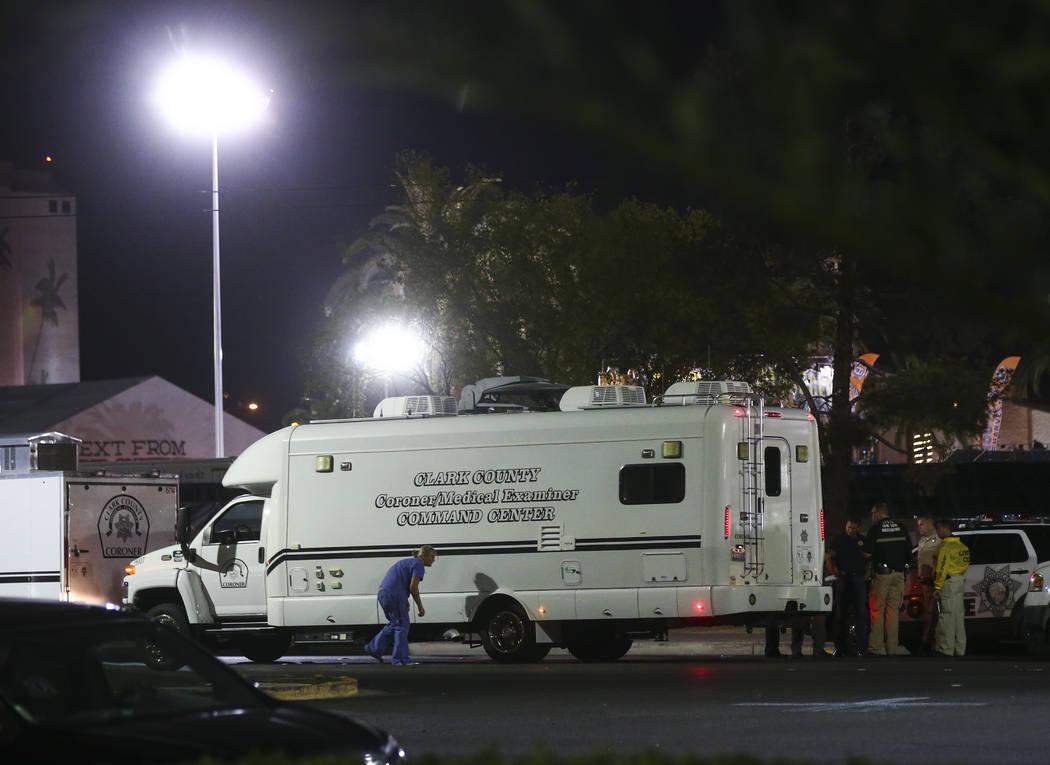 El equipo forence del condado de Clark llega mientras la policía de Las Vegas investiga después de una situación activa de francotirador que dejó 50 muertos y más de 200 heridos en el Strip d ...